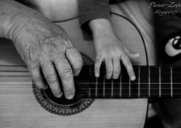 mains-guitare-d589e828a9464c09735b9ffdb2afb73f771ef93e